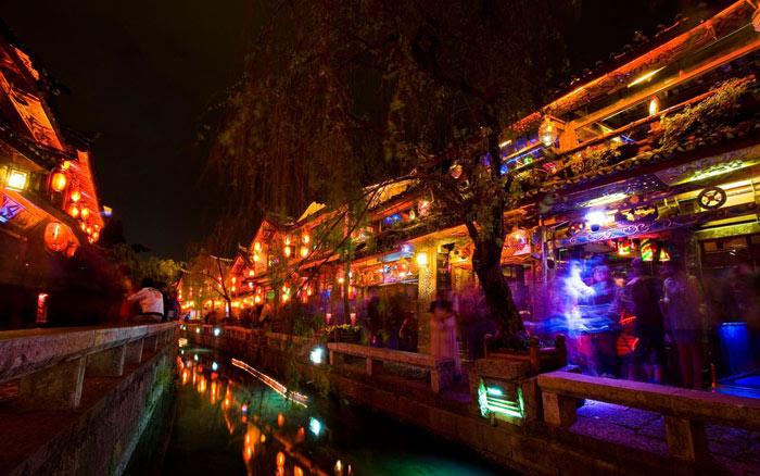 云南省丽江古城古建筑夜景灯光图片